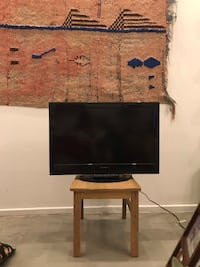 Like new and barely used flatscreen TV with remote, 32 inch. Los Angeles, 90038