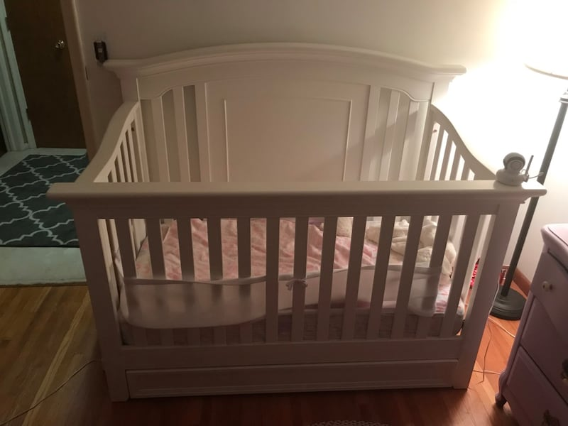 Baby crib, converts to toddler bed 3361e6a4-c806-4601-bd95-ce124a13417f