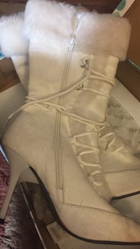 White boots, size 7 Lincoln, 02865