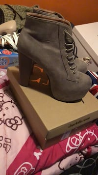 Pair of gray suede heeled booties Cleveland, 37311