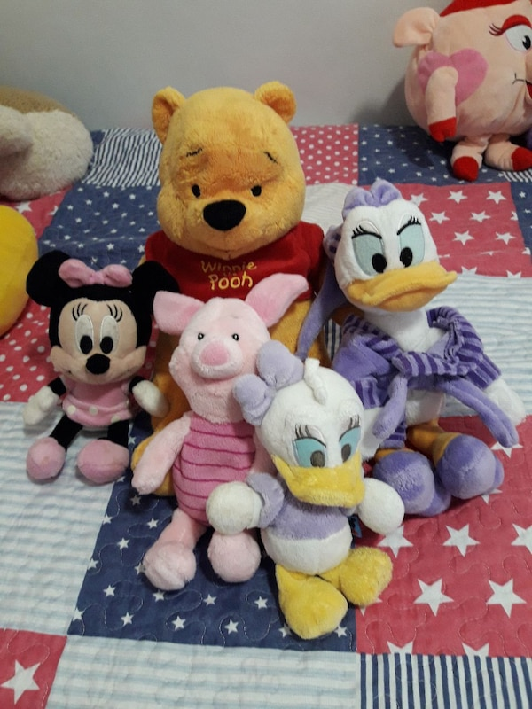 Winnie the Pooh, Piglet, Minnie Mouse y dos peluches Daisy Duck