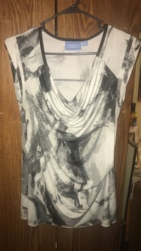 white and black scoop-neck shirt, Vera wang, size med, farmers market meet Bay City, 48708