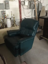 Green leather recliner.. this item is located in Mississauga  Bradford West Gwillimbury, L3Z