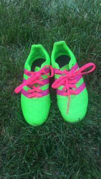 pair of green-and-pink low top cleats 6 mi