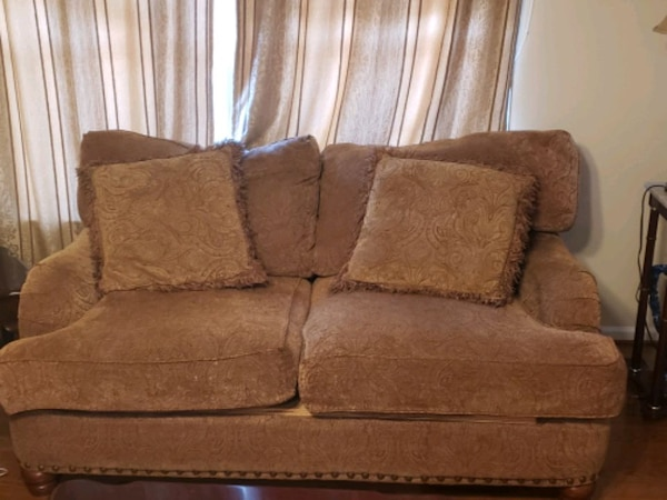 Living room set with coffee table and 2 end tables bdd7f677-f528-474c-b149-ab00b1e13e98
