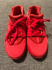 NIKE HUARACHE RED WOMEN SIZE 7 OR 5.5Y 553 km