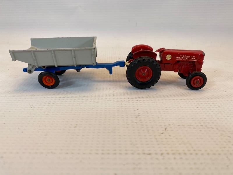 Matchbox King Size McCormick International Tractor 4 Whitlock Trailer 0