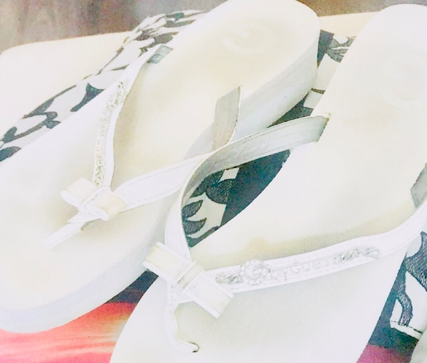 Size 10 Guess flip flops 1.5 inch wedge