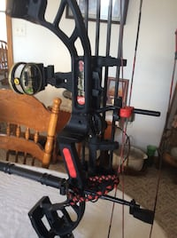 PSE Bow madness Compound Bow 70# pull /4 Arrows and EXTRAS