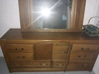 bedroom set two small end dressers mirror attached Detroit, 48213
