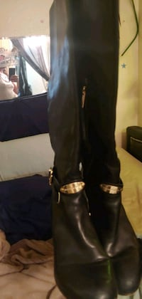 Michael cord boots wore 5 times to small they a 10 but really 9  Las Vegas, 89119