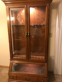 Pulaski 12-gun lighted gun cabinet. Original etched glass. 251 mi