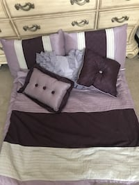 Full/Queen comforter bed skirt shams a s throw pillows!  All great condition  Franklin Square, 11010