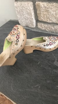 pair of beaded white and multicolored clogs Hesperia, 92345