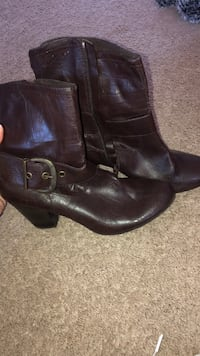 pair of black leather boots Londonderry, 03053