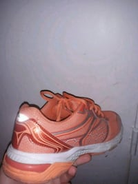 paire de chaussures de course orange et blanc Paris, 75015