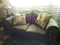 Love seat  in perfect condition n pillows Wellington, 33414