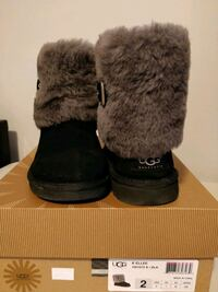 Super cute UGG with fur, size 5
