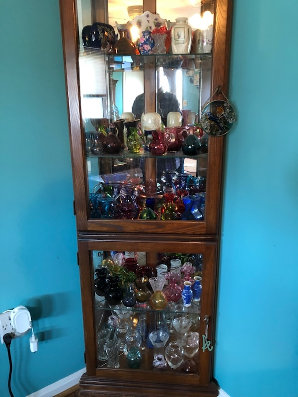 brown wooden framed glass display cabinet de3f5809-fad6-4ce9-98ad-c815bfaaa157