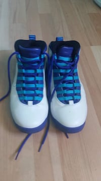 Pair of white-and-blue air jordan shoes size 9.5 3154 km