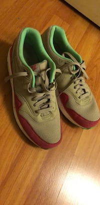 pair of gray-and-green Nike running shoes 로스앤젤레스, 90057