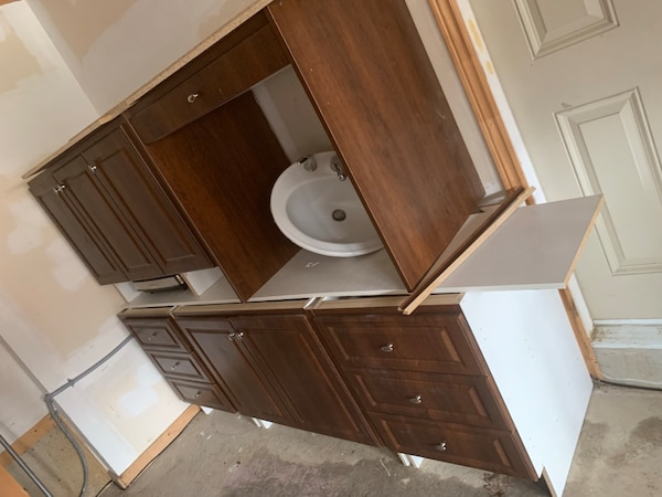 Washroom cabinets, good conditions. One door needs living other than that is a great buy 8b4abdb3-11c5-48f9-8cc9-3960e989ed87