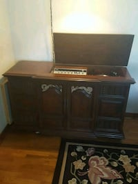 Hutch with built in radio/record player Lansing, 48917