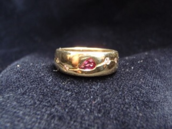Unique Ring.. Ruby center and diamond ring.