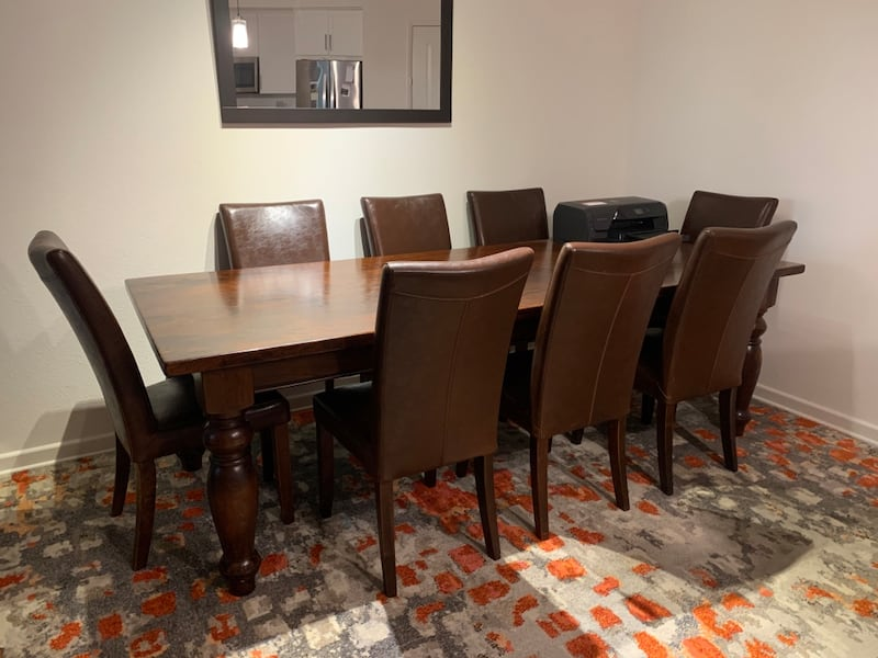 Beautiful mango dining table + 8 leather chairs b1595fb2-6acd-420a-886f-92e534dac590