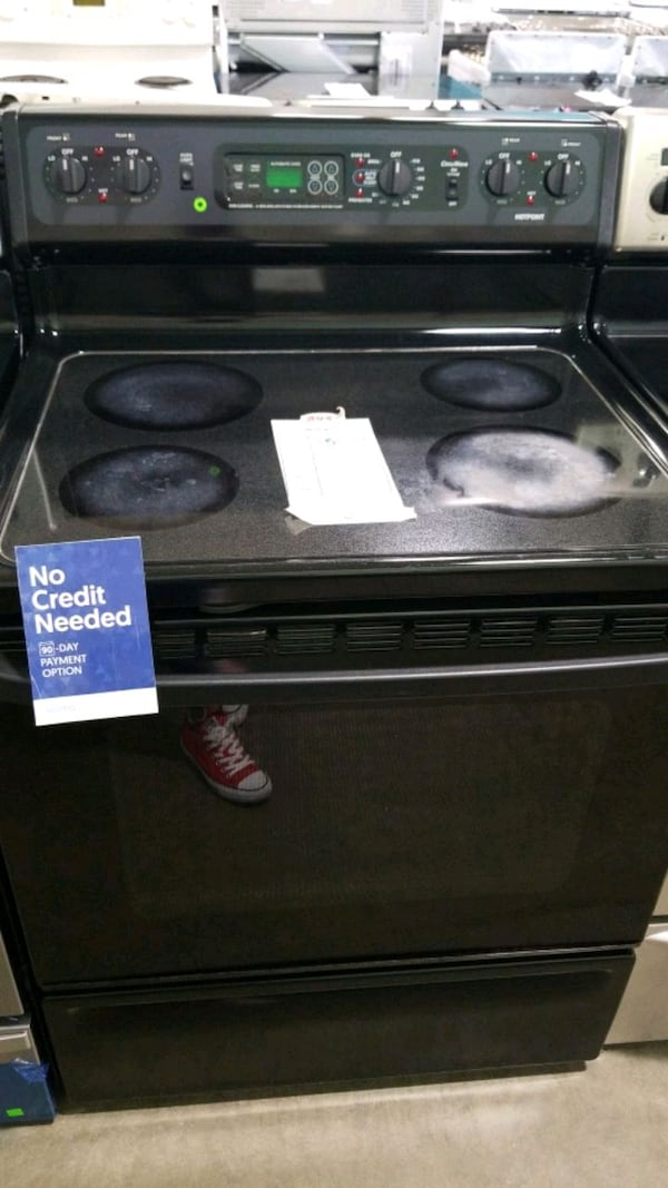 Hotpoint glass top electric Stove 30inches.  a07da321-763c-456d-aab5-239724649d36