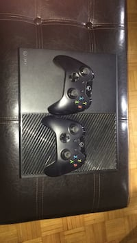 Xbox one with 2 controllers 538 km