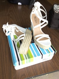 White sandles. New.  Size8 1/2 New Castle, 16105