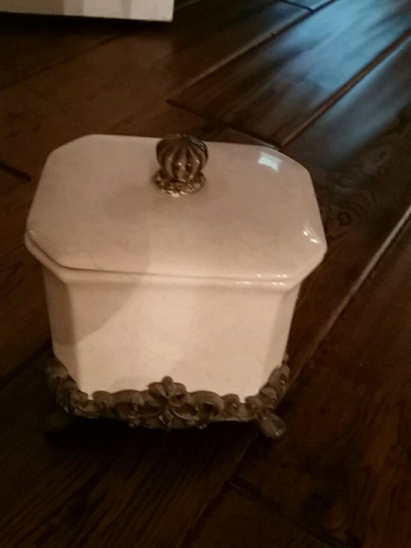 Ceramic container with lid for the bath or bedroom