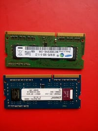 iki mavi Samsung ve yeşil Kingston SO DIMM RAM sti