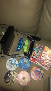 wii console with 5 games and 5 controllers  Brampton, L6R 2G4