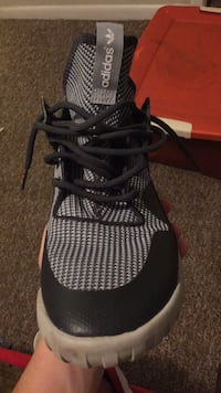 Pair of black-and-gray nike running shoes 756 mi