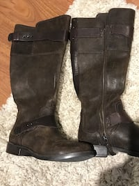 Authentic UGG Leather boot size 7 in Excellent condition