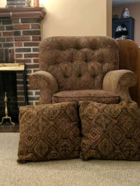 Lazy boy arm chair and matching throw pillows Framingham, 01702