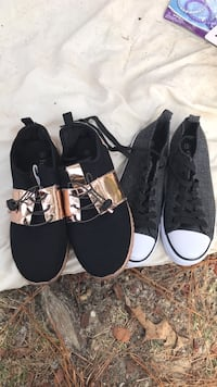 pair of black-and-white low top sneakers 286 mi