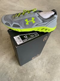 unpaired gray and green Under Armour shoe with box 137 mi