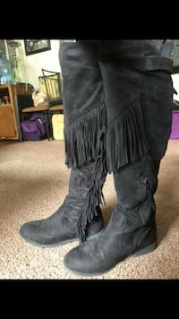 Size 7/7.5 boots, black with tassels. Go great with jeans!
