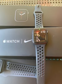 Apple watch series 5 NIKE  LIKE NEW WITH BOX sprint
