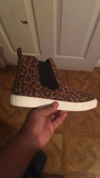pair of brown-and-white leopard print boots 1018 mi