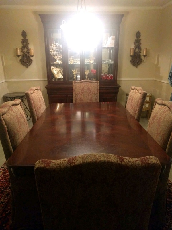 brown wooden dining table set b5fb2f19-6a50-4e84-b4be-88fb106b7504