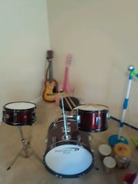 Red drum set. Youth