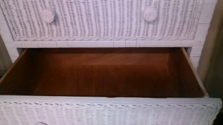 Photo White Wicker Dresser