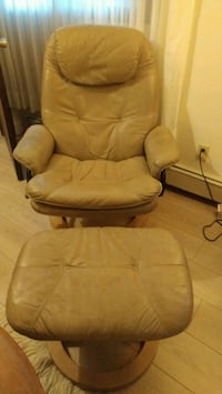 Ekornes Style Leather Recliner and Ottoman Langley, V2Z 2K1