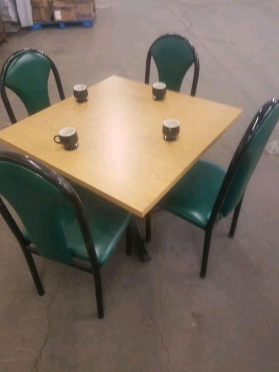 Photo Restaurant table 4 chairs