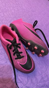 black-and-pink Nike low-top cleats Mission, 78573