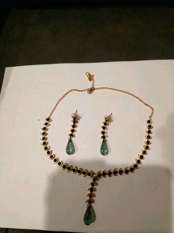 Green stones necklace and earrings ac54ba2f-9d90-4a59-8266-cfd5e1dc58b6